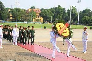 Đoàn đại biểu Đại hội Thi đua Quyết thắng Tổng cục Chính trị báo công dâng Bác
