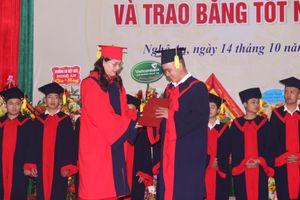 1.600 tân sinh viên Trường ĐH Sư phạm Kỹ thuật Vinh khai giảng năm học mới