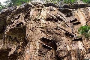 Hơn 20 quan tài cổ đại bí ẩn nằm lơ lửng trên vách đá