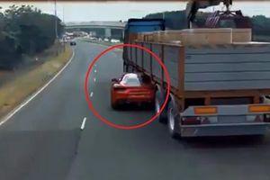 Tài xế lái Ferrari liều lĩnh chui qua gầm container khi bị cảnh sát truy đuổi