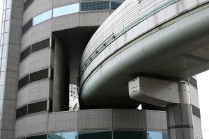 Tòa nhà ở Nhật Bản được thiết kế kỳ lạ, 3 tầng có đường cao tốc chạy xuyên qua