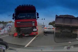 Vượt đèn đỏ, xe container tông nát nhiều ôtô