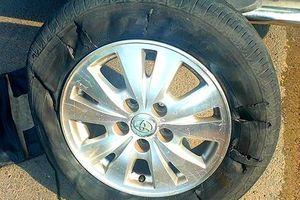 Cảnh sát bắn thủng lốp ôtô chở nhóm giang hồ