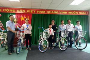 Hậu Giang: 5 học sinh nghèo học giỏi được nhận xe đạp