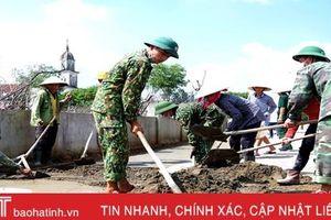 Gần 100 CBCS Trung đoàn 841 giúp dân Cẩm Xuyên làm nông thôn mới