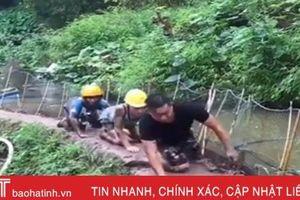 Ba thanh niên khốn đốn vì con đường trơn trượt
