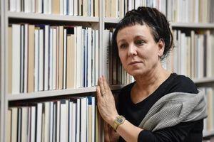 Cầm sách của nhà văn vừa đoạt giải Nobel được sử dụng giao thông công cộng miễn phí