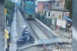 Tàu hỏa tông văng xe máy, tài xế thoát chết trong gang tấc