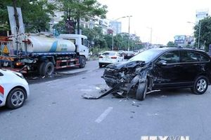 Hà Nội: Ôtô 4 chỗ đâm xe bồn đang tưới nước giải phân cách