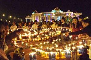 Phật tử Myanmar đổ tới Chùa Vàng dự lễ hội ánh sáng Thadingyut