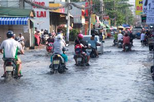 'Con đường đau khổ' ở Sài Gòn, mưa nhỏ cũng biến thành sông