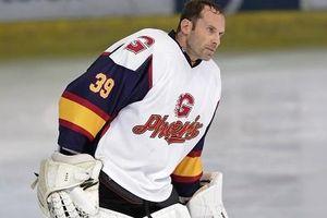 Clip Petr Cech hóa người hùng trong ngày ra mắt môn hockey