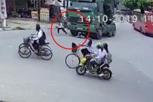 Clip: Đạp xe sang đường trúng vào điểm mù xe tải, 2 nam sinh thoát chết thần kỳ