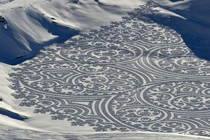 Người đàn ông vẽ bằng cách in dấu chân trên tuyết