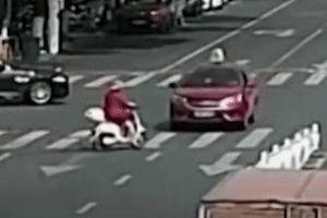 Người phụ nữ đi xe máy qua đường ẩu, bị 2 ôtô đâm liên tiếp