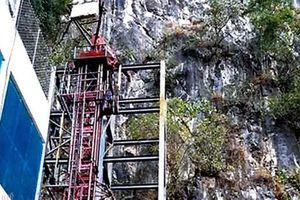 Thang máy 102 tầng phố cổ Đồng Văn phá cảnh quan, chưa được cấp phép... đã thi công?