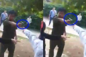 Xôn xao clip công an xã chĩa súng vào người dân