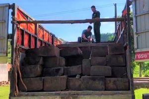 Chặn bắt ô tô chở 27 khúc gỗ không rõ nguồn gốc
