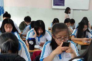 Học sinh Sài Gòn làm bài thi học kỳ trên điện thoại