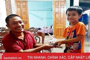 Học sinh lớp 2 ở Cẩm Xuyên nhặt được ví tiền trả người đánh mất