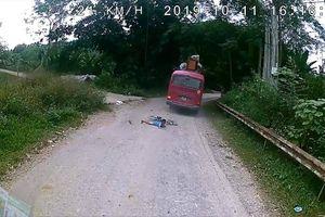 Hãi hùng cảnh cậu bé lao thẳng vào gầm xe khách nhưng thoát chết