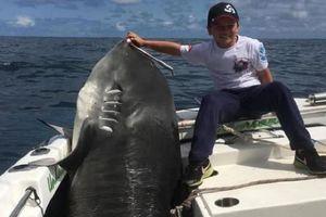 Cậu bé 8 tuổi câu được cá mập hổ nặng kỷ lục