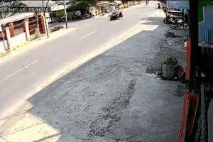 Clip: Sau va chạm, chiếc xe máy không chủ lao thẳng vào nhà dân bên đường
