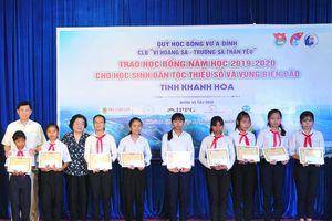 Trao học bổng Vừ A Dính cho học sinh miền núi và hải đảo tỉnh Khánh Hòa
