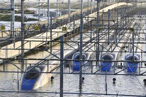 Tàu điện 'bơi' bất lực trong lũ khiến người Nhật thức tỉnh