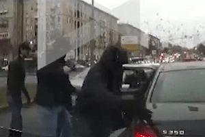 Băng đảng áo đen nổ súng, chặn xe Mercedes cướp gần 100.000 USD
