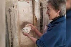 Tìm thấy bức tượng bí ẩn được giấu trong hốc tường nhà thờ suốt 400 năm