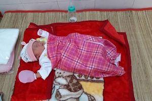 Xót xa bé gái sơ sinh có tay trái dị tật bị bỏ lại dưới tượng phật