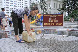 Người Hà Nội đổ bỏ nước miễn phí vì có mùi lạ