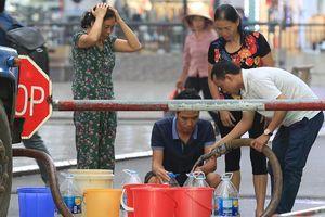 Người dân bán đảo Linh Đàm lỉnh kỉnh xô, chậu lấy nước sạch