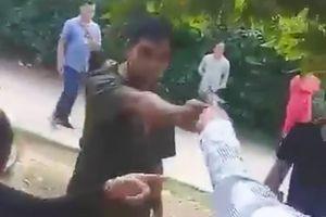 Bị cản trở, Phó Công an xã rút súng chĩa thẳng vào mặt người dân