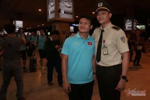 Tuyển Việt Nam bị 'quây rát' khi trở về sau trận đại thắng Indonesia