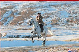 Cưỡi bạch mã lên đỉnh núi Paekdu, ông Kim Jong-un không quên chỉ trích Mỹ