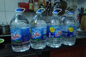 Nước sông Đà nhiễm dầu thải: 'Cháy' bình nước lọc to, dân Hà Nội gom từng chai nhỏ