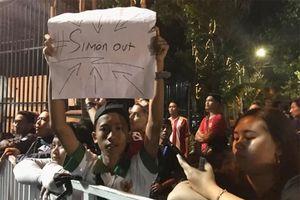 Thua tuyển Việt Nam, cổ động viên Indonesia chặn xe, đòi sa thải HLV McMenemy