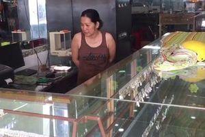 Kẻ trộm trèo cột điện đột nhập tiệm vàng lấy xe tay ga