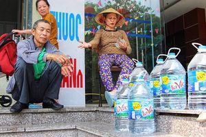 Người dân Hà Nội đổ xô mua, nước đóng chai cháy hàng, loạn giá
