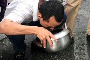 Nhiều cặn đen, váng dầu trong xe chở nước 'cấp cứu' cho cư dân HH Linh Đàm