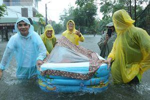 Ăn hỏi đúng ngày ngập lụt, nhà trai dùng phao chở sính lễ sang nhà gái