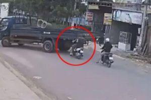 Phóng xe tốc độ 'tên lửa', 2 người đàn ông đập mặt vào đuôi ô tô tải