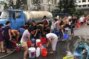 Nhận nước sạch 'giải cứu', người dân Hà Nội lại chê nước 'quá bẩn'
