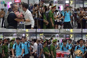 Thầy trò HLV Park Hang Seo về nước trong vòng tay người hâm mộ