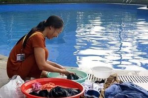 Cư dân mang quần áo giặt giũ, múc nước bể bơi để dùng trong 'cơn khát' ở Hà Nội