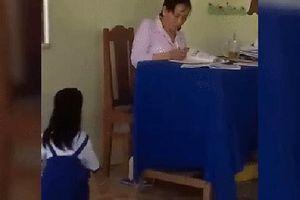 Hành động phản giáo dục, giáo viên ném vở xuống đất bắt học sinh nhặt bị đình chỉ dạy chờ xử lý