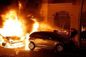 Người biểu tình đốt xe, ném bom xăng vào cảnh sát ở Tây Ban Nha