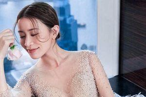 Mỹ nhân Hong Kong được khen trẻ trung khi mặc váy cưới ở tuổi 44